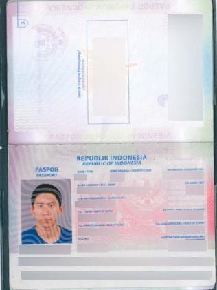 ภาพถ่ายหนังสือเดินทางที่พนักงานธนาคารยึดได้จากผู้ต้องสงสัย : ภาพจากสำนักงานตำรวจรัฐน.ซ.ว.