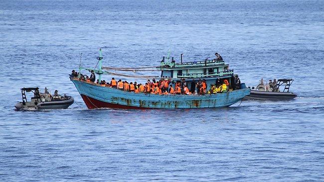 เรือมนุษย์ขณะถูกเจ้าหน้าที่ออสเตรเลียสกัดจับได้ในน่านน้ำสากล : ภาพจากสำนักข่าว news.com.au