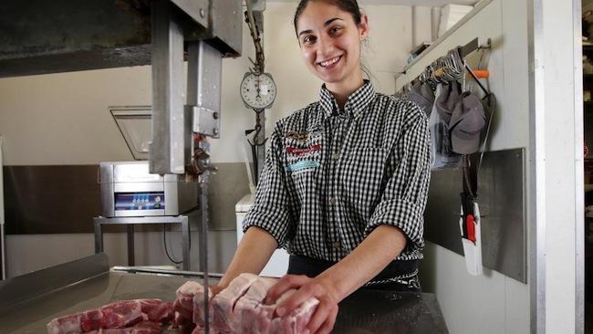 น.ส. Larissa Petrovic กับงานเป็นพนักงานในร้านขายเนื้อที่เธอชื่นชอบ : ภาพชั่วคราวจากนสพ. The Telegraph