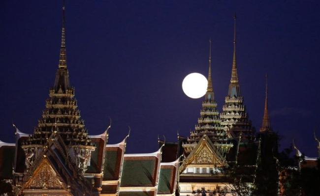 ดวงจันทร์เหนือพระบรมมหาราชวังที่กรุงเทพมหานาครในคืนวันที่ 14 พฤศจิกายน 2016 : ภาพจากสำนักข่าว AP