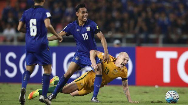 Teerasil Dengda ของทีมไทยกำลังขับเคี่ยวกับ Aaron Mooy ของทีมซอคเกอรูส์ในศึก 2018 FIFA World Cup รอบคัดเลือก : ภาพชั่วคราวจากนสพ. The SMH