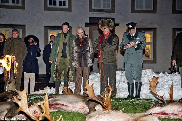 สมเด็จพระราชินี Margrethe และเจ้าชาย Henrik กับกวางที่ล่ามาได้โดยบุคคลชั้นสูง : ภาพจากนสพ. Daily Mail
