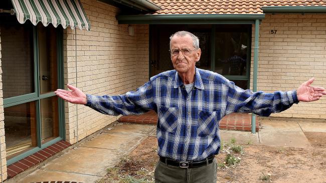 นาย Travor Blake กับบ้านว่างเปล่าไร้ผู้อยู่อาศัยของ Housing Trust ที่ย่าน Para Hills West : ภาพชั่วคราวจากนสพ. The Advertiser