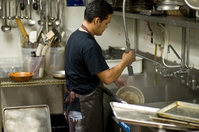 อาชีพพนักงานล้างจานตามร้านอาหารเป็นหนึ่งในอาชีพที่มีรายได้ต่ำสุดของประเทศ : ไม่ทราบภาพต้นฉบับ