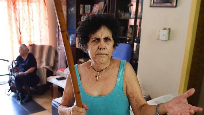 คุณยาย Christine Patsalides กับท่อนไม้ไผ่ตันอาวุธประจำกาย : ภาพจากนสพ. The NT News