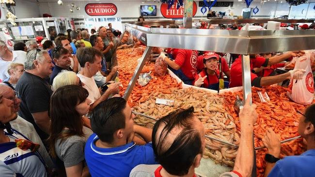 กุ้งขายดีเป็นเทน้ำเทท่าที่ตลาด Sydney Fish Market ในช่วงเทศกาลคริสมาส : ภาพชั่วคราวจาก armidaleexpress.com.au