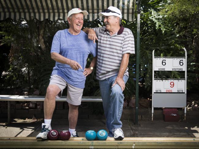 นาย Vic Smith วัย 71 ปีและนาย Paul Hughes วัย 61 ปียอมรับว่าช่วงชีวิตในวัยชราของเขาคือช่วงที่ผาสุกที่สุดในชีวิต (คงเพราะสมัยนี้เวลาเล่นลอว์นโบว์ลิ่งก็ไม่ต้องถูกบังคับให้อยู่ในชุดกีฬาสีขาวเหมือนแต่ก่อน) : ภาพชั่วคราวจากนสพ. The Telegraph