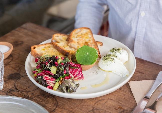 อาหารเมนูหนึ่งจากร้าน Cornersmith Café สาขา Marrickville ที่ได้รับการเลือกให้เป็นร้านคาเฟ่ที่ดีที่สุดในซิดนีย์ปี 2016 : ภาพชั่วคราวจาก broadsheet.com.au