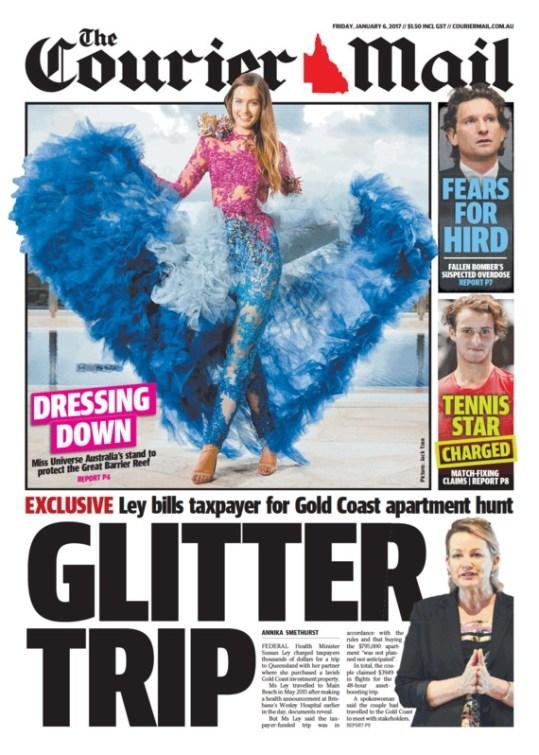 """นสพ. The Courier Mail ฉบับ 6 ม.ค. 2016 พาดหัว """"ชุดแต่งกาย*"""" มิสยูนิเวิร์สออสเตรเลียยืนยัดปกป้อง the Great Barrier Reef (*dressing down ยังมีความหมายถึงการถูกวิจารณ์)"""