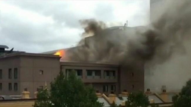 ควันไฟและเปลวไฟเหนืออาคาร Capitol Square : ภาพจากข่าว 7 News