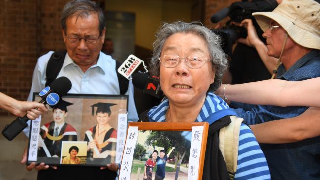 นาย Yang Fei Lin กับนาง Feng Qing Zhu ในวันนี้อยู่คนละฝ่ายกับนาง Kathy Lin บุตรสาวผู้ยืนหยัดข้างนาย Robert Xie สามี : ภาพจากนสพ. The Telegraph