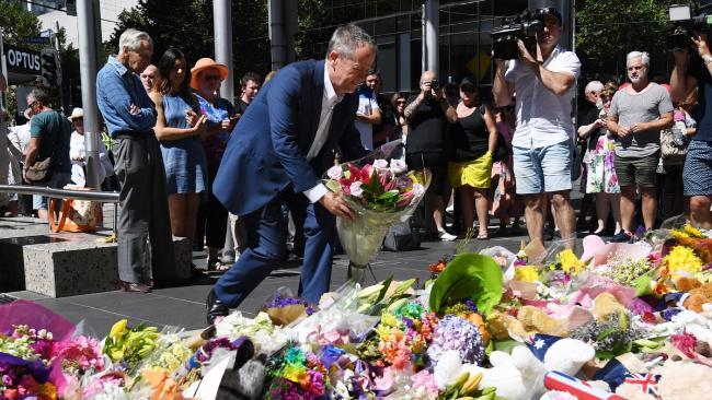 นาย Bill Shorten ผู้นำพรรคฝ่ายค้านวางดอกไม้แสดงความไว้อาลัยผู้เสียชีวิตที่บริเวณหน้าไปรษณีย์กลางในนครเมลเบิร์น : ภาพจากสำนักข่าว AAP