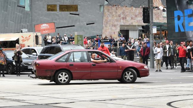 นาย Dimitrious Gargasoulas ขับรถวนเป็นวงกลมหลายรอบที่กลางสี่แยกหน้าสถานีรถไฟ Flinders St. ก่อนก่อเหตุขับรถพุ่งชนฝูงชนที่ถนน Bourke St. : ภาพจากนสพ. The Age