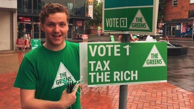 นาย Hayden William ขณะอยู่ที่หน่วยลงคะแนนเสียงเลือกตั้งในเมืองนิวคาสเซิล : ภาพชั่วคราวจากนสพ. Newcastle Herald