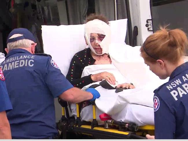นาง Anita Christanga ขณะถูกนำตัวออกจากธนาคารไปยังโรงพยาบาล : ภาพชั่วคราวจากนสพ. The Telegraph