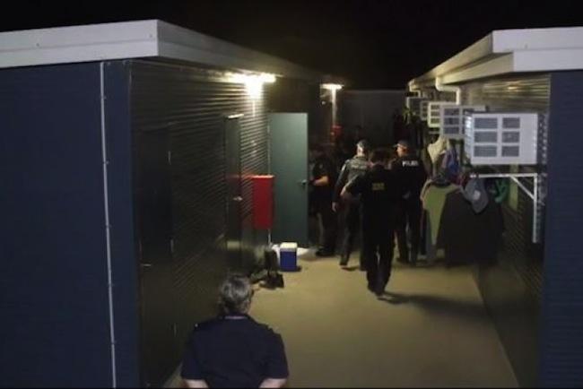 เจ้าหน้าที่ ABF และตำรวจกำลังปลุกแรงงานต่างชาติ : ภาพจากสำนักงาน ABF