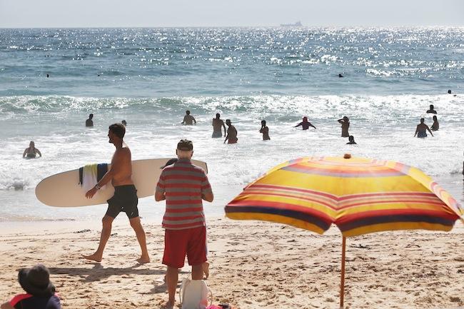 ชาวซิดนีย์ไปเล่นน้ำดับร้อนที่หาด Manly โดยไม่กลัวแมงกะพรุนไฟเรือรบโปรตุเกส (blue bottles) ที่กำลังคุกคามชายฝั่งของซิดนีย์ : ภาพจากสนพ. The Telegraph