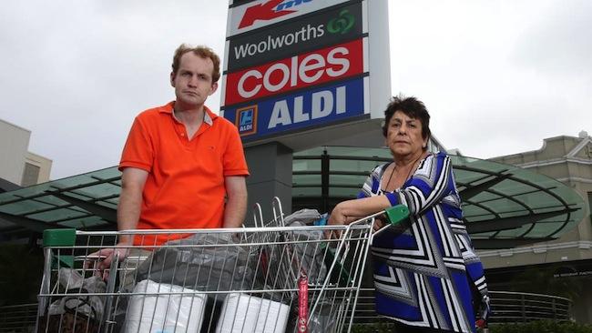 """นาง Julie Passas และ Thomas Carrie ผู้ใช้บริการ """"ส่งสินค้าซื้อจากร้านส่งถึงบ้าน"""" เป็นหนึ่งในผู้ได้รับผลกระทบจากการยกเลิกบริการดิลิเวอรี่ : ภาพชั่วคราวจากนสพ. The Telegraph ต้นฉบับนสพ. Inner West Courier Inner City"""