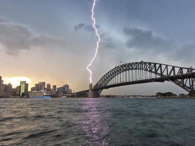 ฟ้าผ่าลงเสาไพลอน (pylons) ของสะพานซิดนีย์ฮาร์เบอร์ : ภาพจากสำนักข่าว ABC
