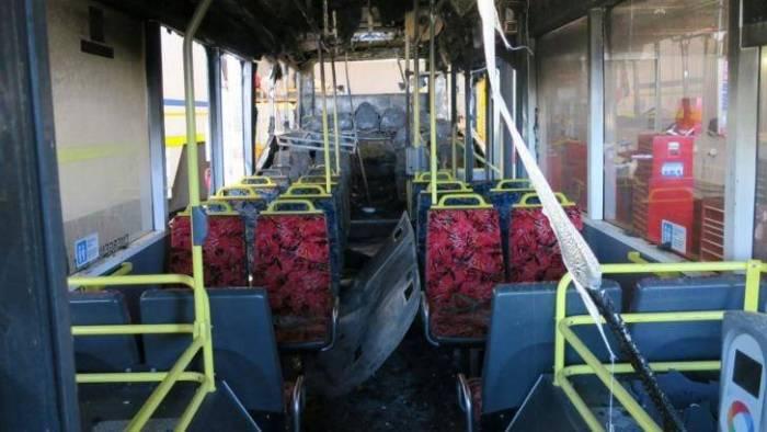 สภาพภายในรถประจำทางถ่ายจากด้านหน้า จะเห็นว่าครึ่งด้านหลังถูกไฟไหม้เสียหายอย่างหนัก : ภาพจาก news.com.au