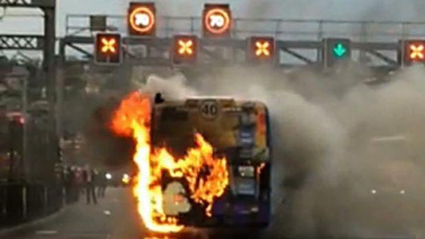 ไฟไหม้รถประจำทางในขณะอยู่บนสะพาน Sydney Harbour ในเดือนกันยายนปี 2016 : ภาพจาก  news.com.au