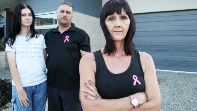 น.ส. Heather,นาย David และนาง Angela Wilson-Stone กำลังเผชิญต่อคำสั่งเนรเทศ : ภาพจากนสพ. The Courier Mail ต้นฉบับนสพ.Springfield News