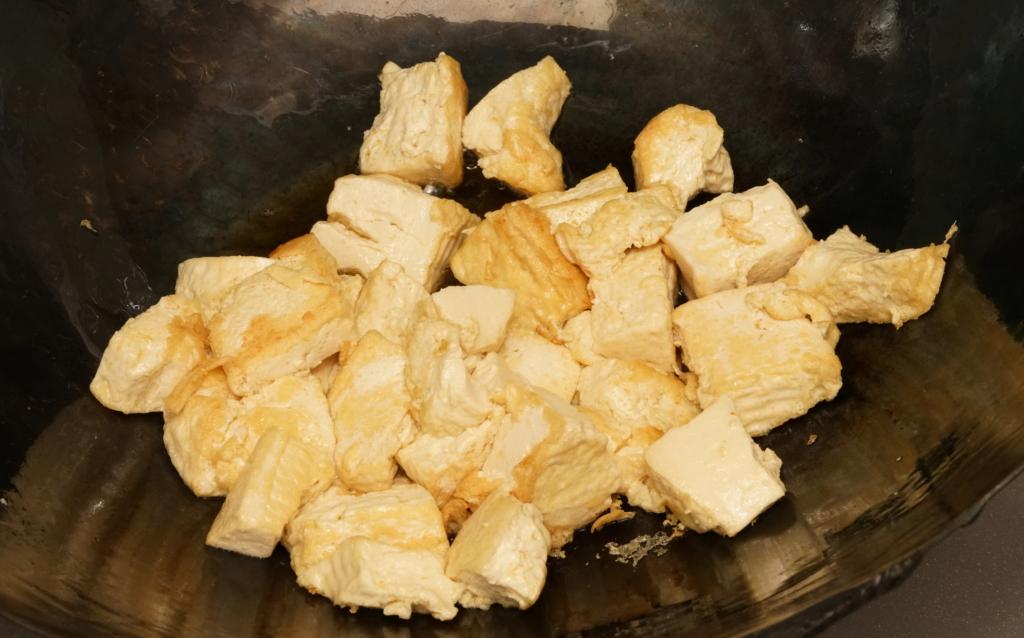 ゴーヤーチャンプルーの豆腐を炒めて焼く
