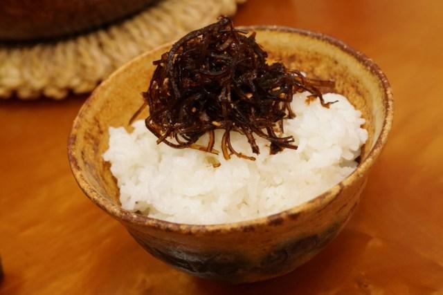 日本の朝食に炊きたてご飯と佃煮