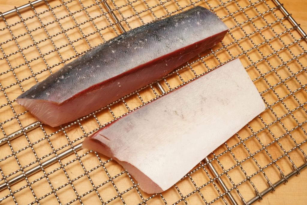 ブリの皮付きの柵に塩を振ってから焼き霜造りに