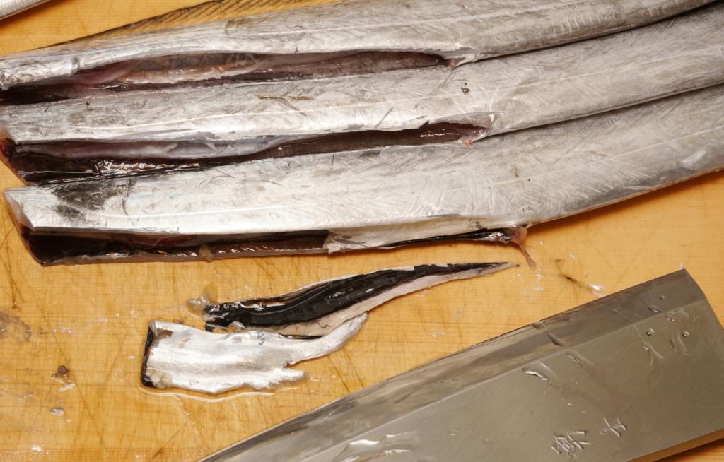 タチウオを刺身にする場合は腹身を大きく切り取る