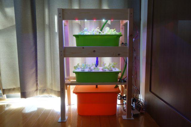 水耕栽培装置に自作のLED装置を取り付けた様子。