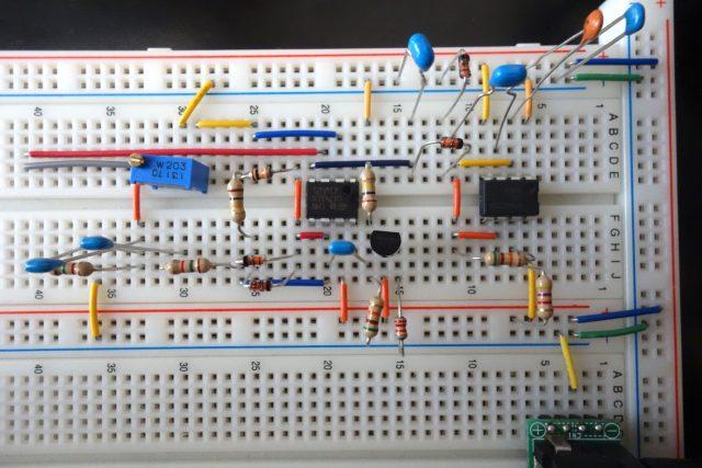 自作のEC計をブレッドボード上で組み上げて実験している様子。