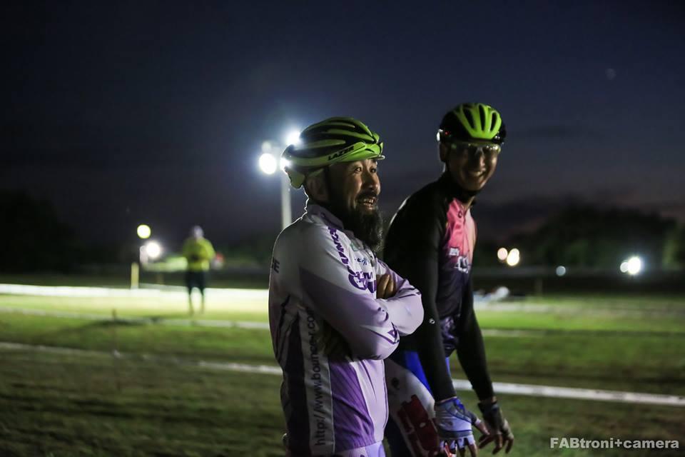 夕方から夜に変わる時間帯に行われたエンデューロ。ピットでチームメイトを待つ時間も楽しい。Photo by Kensaku SAKAI(FABtroni+camera)