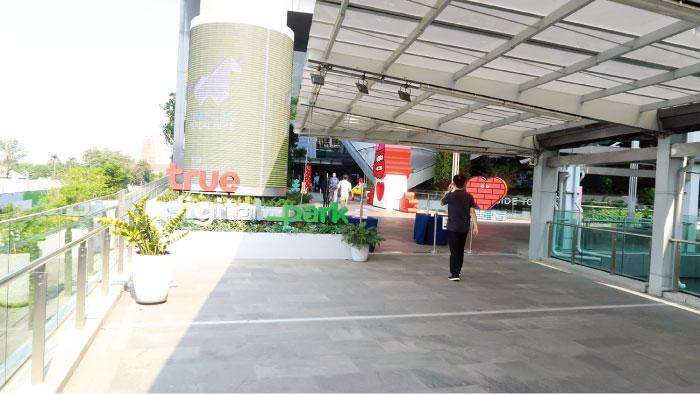 スカイウォークからの入り口。true digital parkとあり、ショッピングモールを含めたオフィス棟をこう呼ぶ