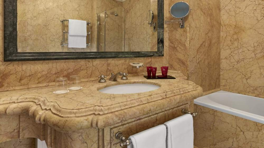 lux72gb-123579-Deluxe-Lagoon-View-Room---Bathroom---Palazzo-Dandolo