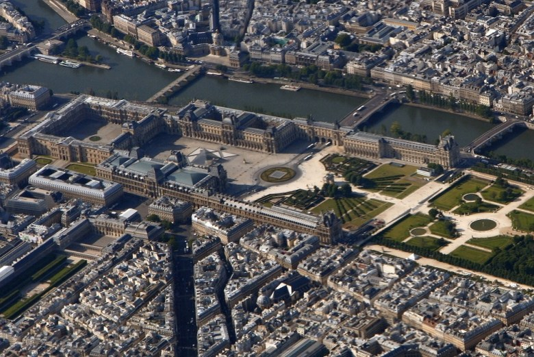 Louvre_Paris_from_top_edit_cropped