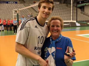 Julian mit Fan Hermine, die ihn zum MVP auszeichnet; (c) Gunthild Schulte-Hoppe