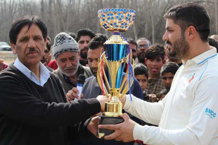 Aaqib Mir shines in final, Showket Memorial CC lifts title
