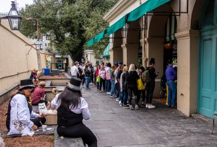 The takeout line at Cafe Du Monde