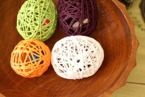 Yarn egg surprise tutorial by Simply Modern Mom
