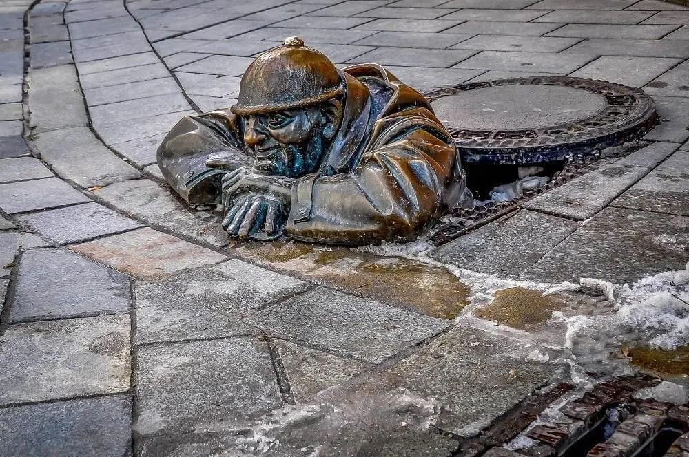 Bratislava-Slovakia-manhole-statue