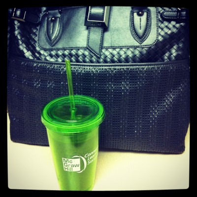Green smoothie and a GUNAS laptop bag - traveling vegan style