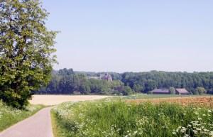 Soms staat er een huis of zelfs een klooster tussen de velden en bossen.