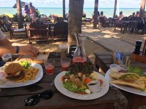 Lunchen met de voeten in het zand