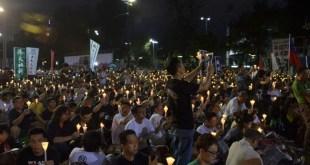 參與晚會的市民高舉燭光,悼念六四死難者。(梁燕玲攝)