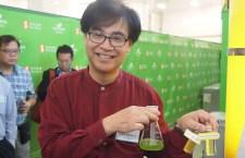 何建宗展示經處理後的廚餘汁及微藻粉。 (陳才逸攝)
