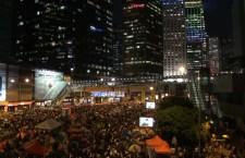 大批市民在金鐘觀看府學對話直播。(影片截圖)