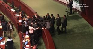 保安嘗試帶走劉小麗時,被多位民主派議員上前阻止,梁君彥宣布會議暫停。(王晞晴攝)
