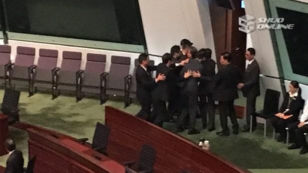 社民連梁國雄在立法會開始時,被要求離開會議廳。