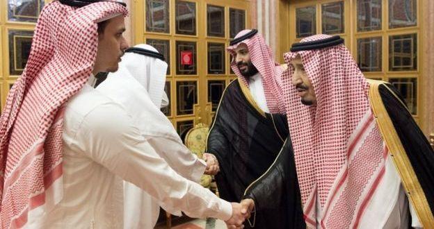 沙特國王(右一)及王儲(右二)在首都利雅得會見卡舒吉兒子(左)及其家人。(網上圖片)
